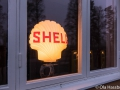 Shell-lampor lyser i skyltfönstren 2017-01-21