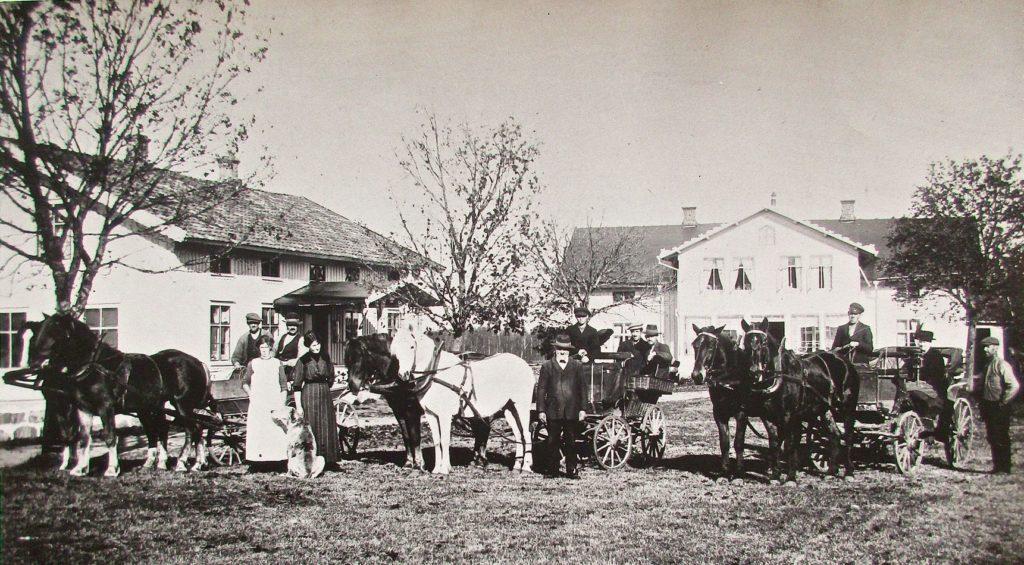 """""""Ödehuset"""" i Gölingstorp när det var ungt. Gården köptes 1875 av handlanden Carl August Andersson och hans hustru Justine. Carl August står i mitten. Kanske är det Justine i den eleganta klänningen till vänster. Troligen byggdes huset strax efter det att de blivit ägare. Huset till vänster innehöll handelsbod. Även det brann ner."""